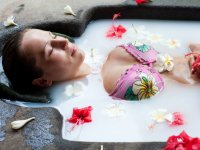 ru.depositphotos.com / konstantynov: pretty woman relaxing in milk bath with flowers